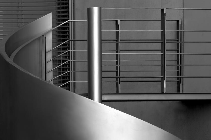 Uśredniony koszt wykonania prostej balustrady ze stali nierdzewnej. Zamówienie powyżej 10 metrów bieżących.