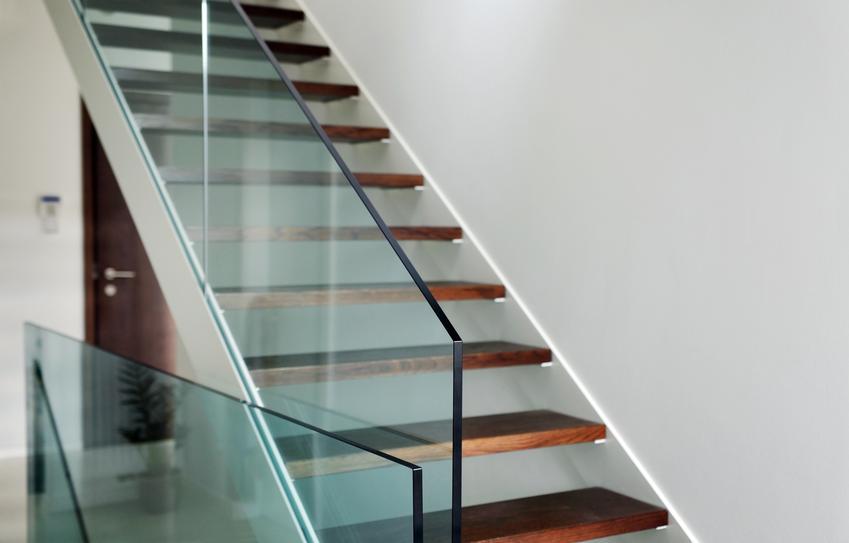 Uśredniony koszt wykonania szklanej balustrady samonośnej. Dobrej jakości szkło bezpieczne, normalny stopień skomplikowania prac.