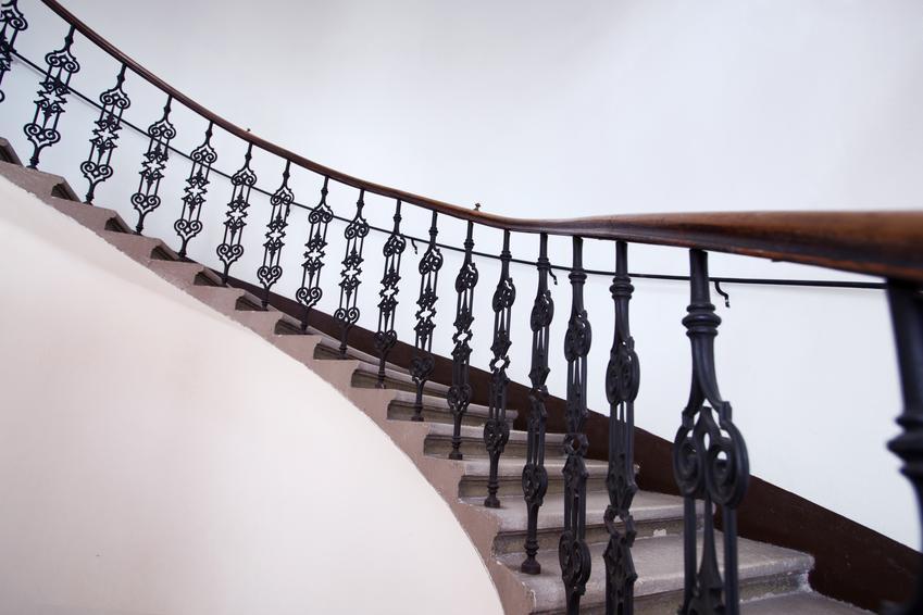 Uśredniony koszt wykonania balustrady kutej. Niewielka ilość zdobień, prosta konstrukcja. Balustrada wykonana przez doświadczonego pracownika, normalny stopień skomplikowania.