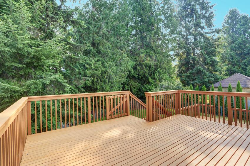 Uśredniony koszt wykonania balustrady drewnianej. Odpowiednio wysuszone drewno sosnowe, prosta konstrukcja, normalny stopień skomplikowania prac.