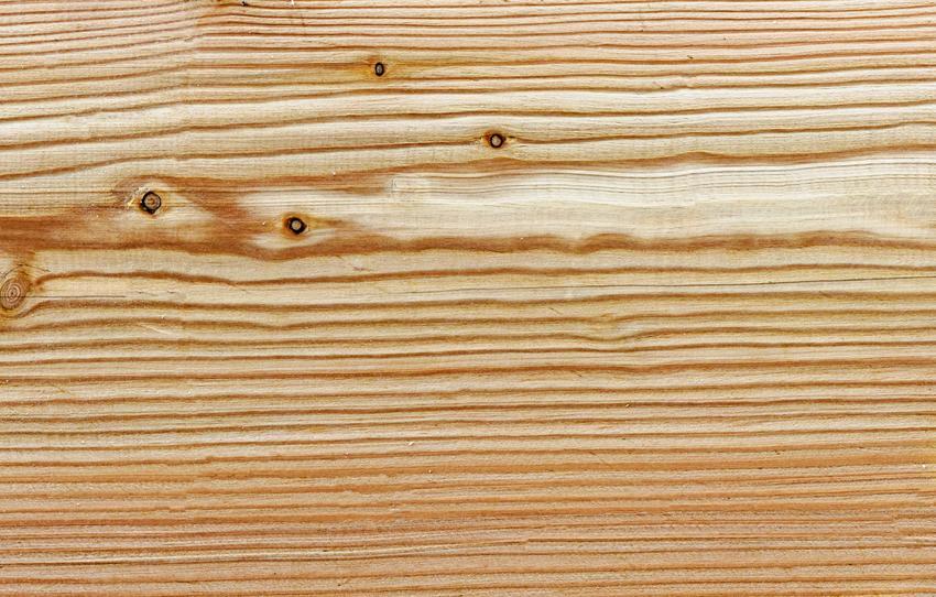 Uśredniony koszt zakupu desek z modrzewia europejskiego. Powierzchnia ryflowana, rozmiar 145x28 mm. Długość desek od 2,5 do 4 metrów. Produkt suszony komorowo.