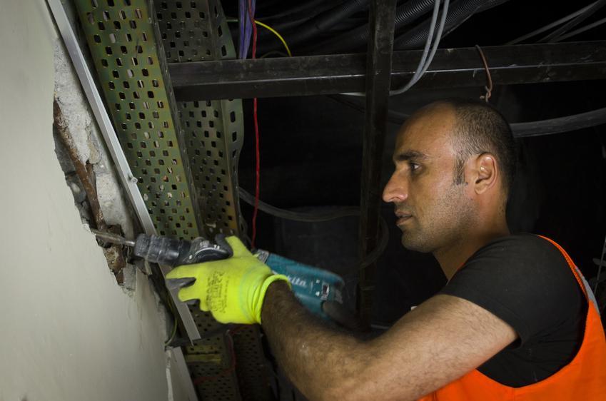 Usługa wykuwania bruzd pod kable. Normalny stopień skomplikowania prac.