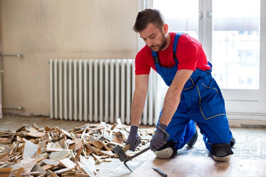 Usługa demontażu starego parkietu drewnianego. Normalny stopień skomplikowania prac.
