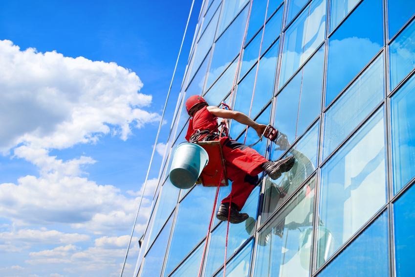 Usługa mycia okien metodą alpinistyczną. Mycie z jednej strony. Cena za m2.