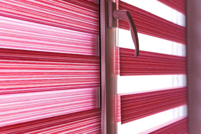 Uśredniony koszt zakupu rolety wolnowisząej rolety okiennej. Materiał 1 klasy jakości, rozmiar 40 x 100 cm. Dobra jakość wykonania.