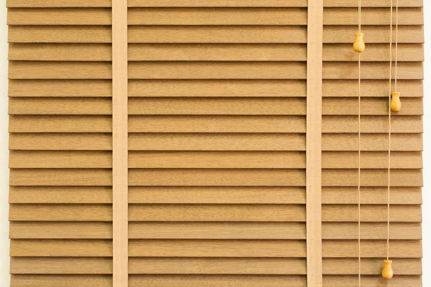 Koszt zakupu żaluzji drewnianych 50 mm. Dobra jakość wykonania, rozmiar standardowy 40 x 100 cm. Cena bez usługi montażowej.