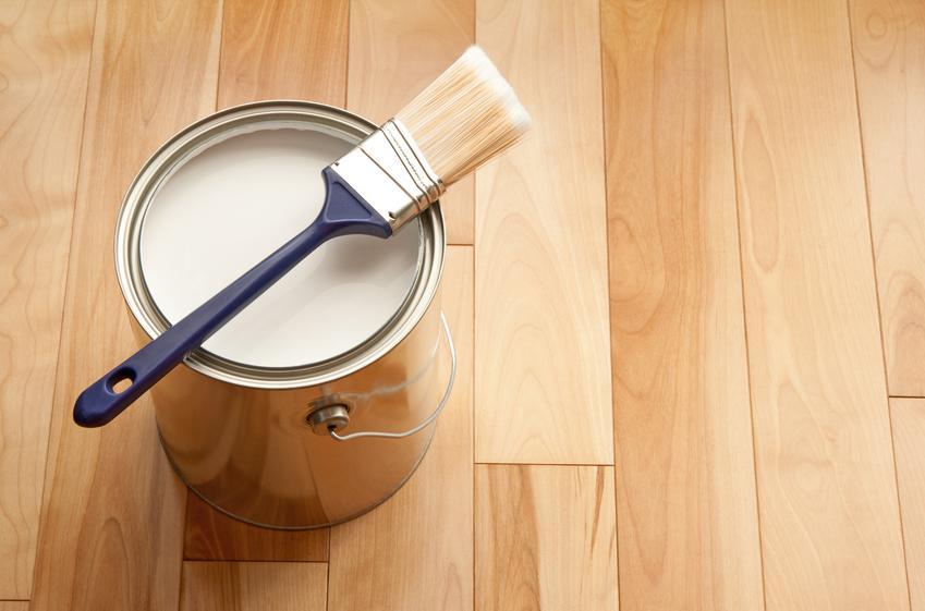 Koszt lakierowanie drewna farbami olejnymi. Preparat nakładany w trzech warstwach.