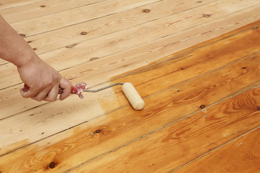 Uśredniony koszt olejowania drewnianej podłogi. Cena bez wcześniejszego oczyszczenia powierzchni, olejowanie jednokrotne.