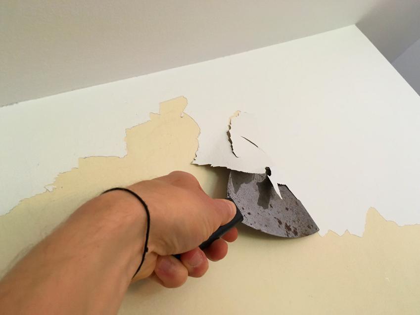 Ręczne usuwanie złuszczonej lub zniszczonej powłoki malarskiej. Prace wykonywane na sufitach i ścianach o standardowej wysokości