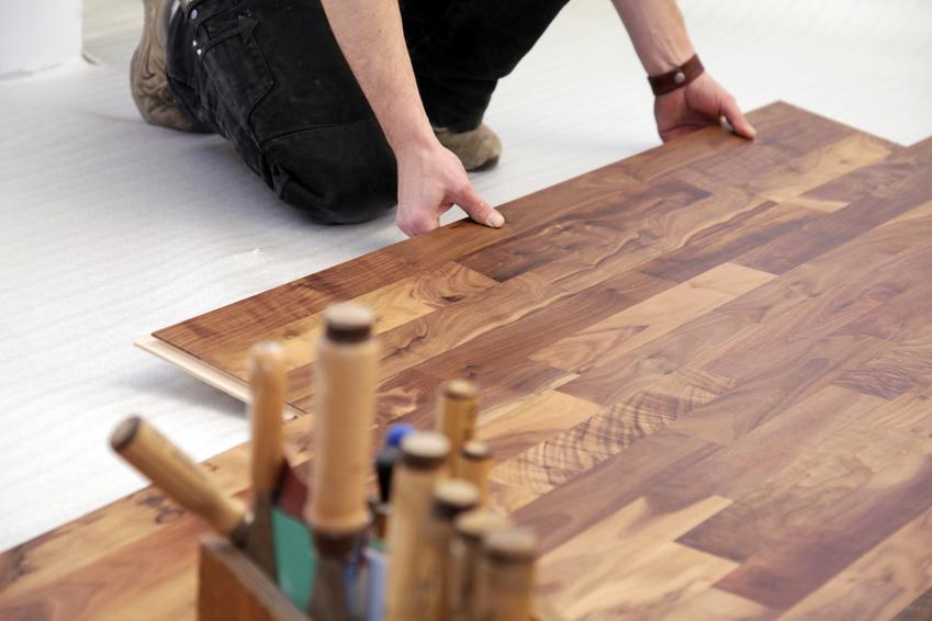 Uśredniony koszt układadnia deski typu Barlinek. Normalny stopień skomplikowania prac, pomieszczenie wpisujące się w kształt kwadratu bądź prostokąta.