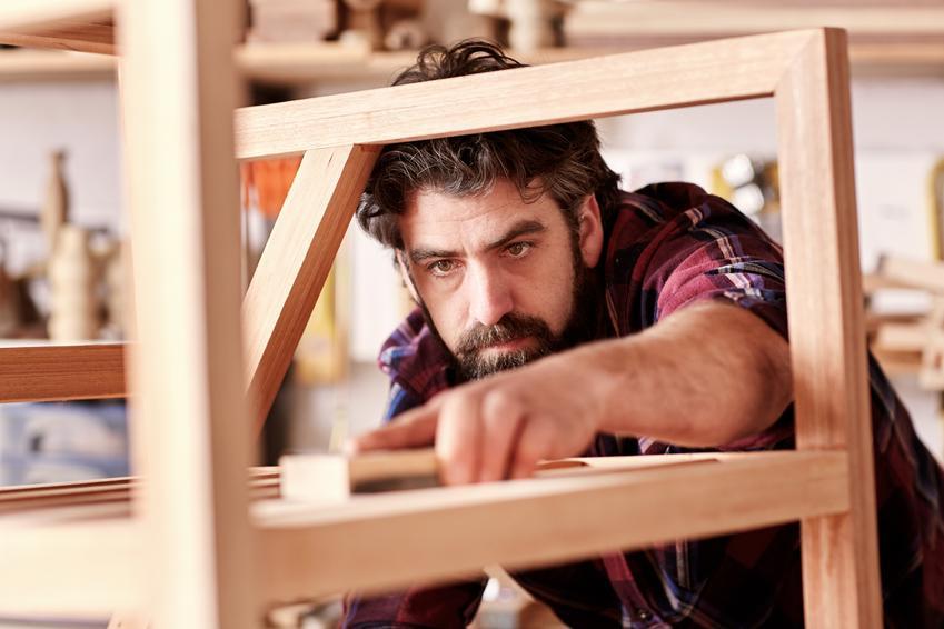 Koszt renowacji starych krzeseł drewnianych. Cena obejmuje maskowanie ubytków, szlifowanie oraz pokrycie drewna nową warstwą ochronną.