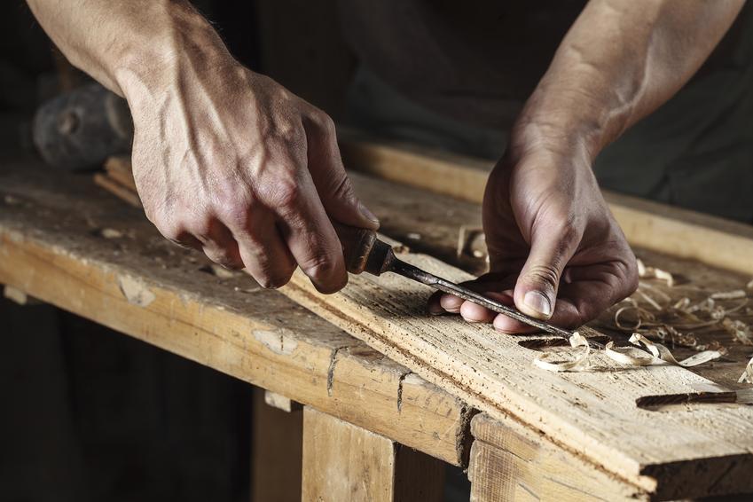Uśredniony koszt renowacji stoika kawowego, małej ławy bądź stolika ogrodowego. Brak bogatych, ręcznie wykonanych zdobień, normalny stopień skomplikowania prac.