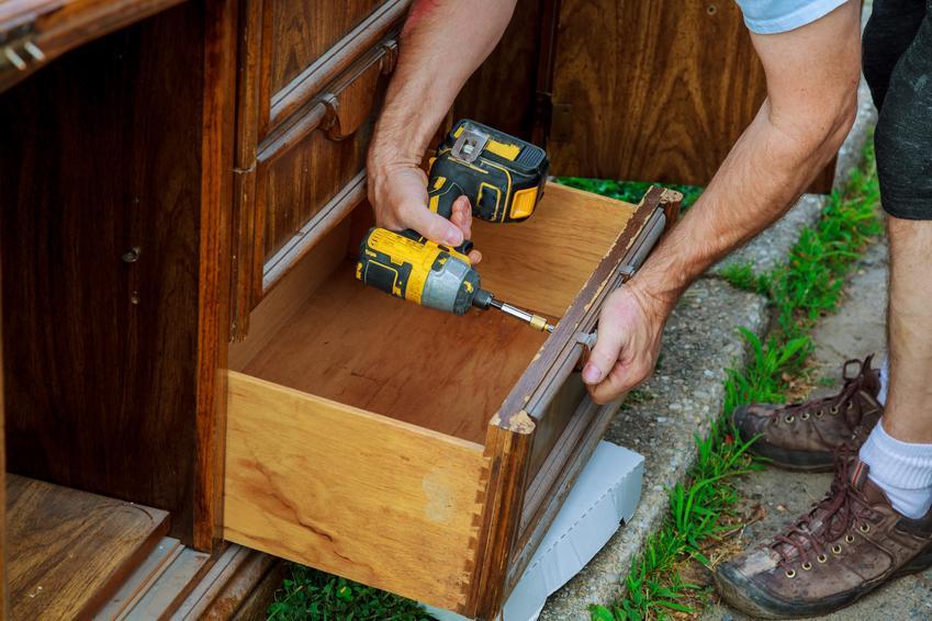 Koszt renowacji niewielkiej toaletki drewnianej. Cena obejmuje zamaskowanie pęknięć, rys i ubytków oraz pokrycie mebla nową warstwą ochronną. Normalny stopień skomplikowania prac.