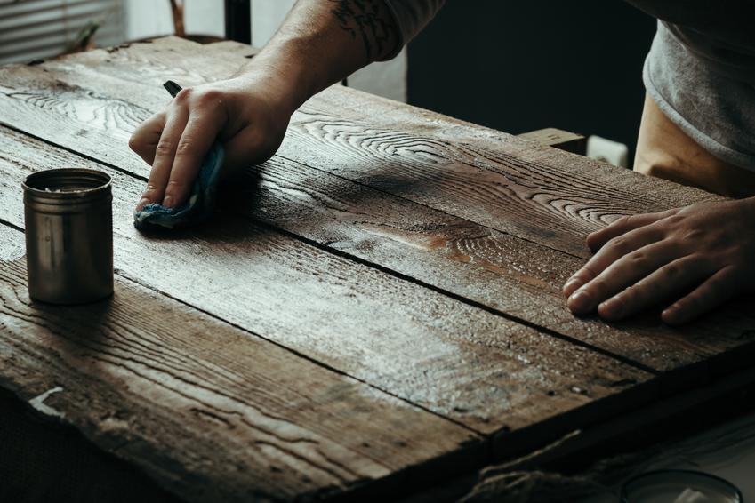 Koszt renowacji starego biurka. Możliwe delikatne, ręcznie wykonane zdobienia, brak głębokich pęknięć drewna. Normalny stopień skomplikowania prac.