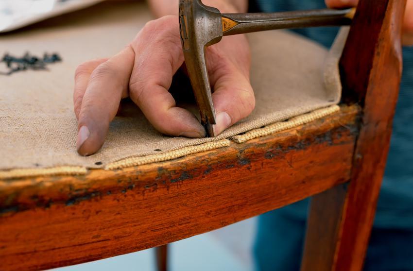 Kompleksowa usługa renowacja krzeseł tapicerowanych. Cena obejmuje wymianę tapicerki oraz odnowienie powierzchni drewnianych. Normalny stopień skomplikowania prac.