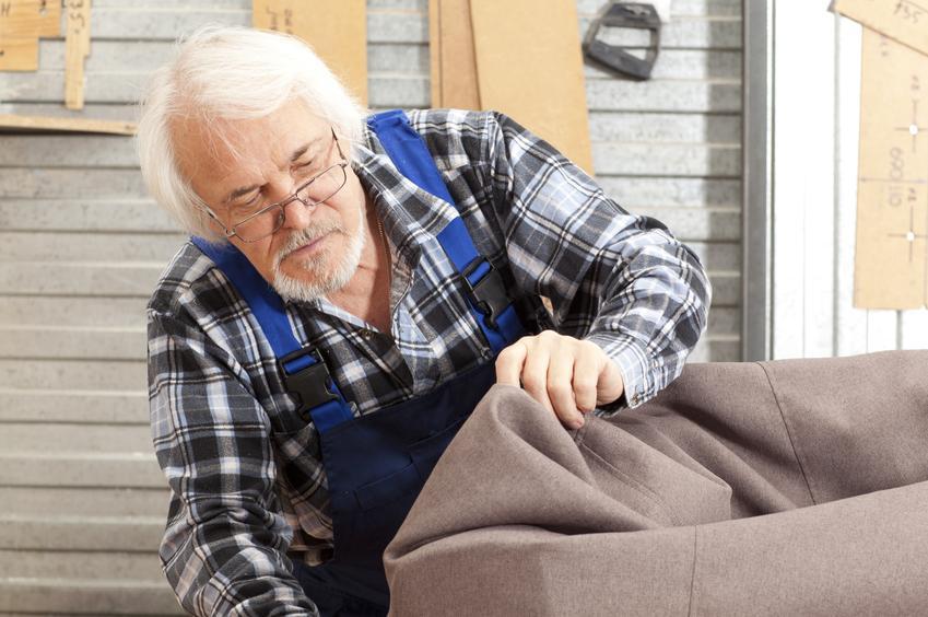 Uśredniony koszt renowacji kanapy lub sofy. Wyższy stopień skomplikowania prac. Cena obejmuje wymianę tapicerki i pełną renowację elementów drewnianych.