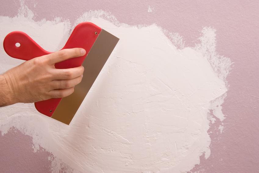 Naprawa niewielkich pęknięć oraz ubytków na powierzchni ścian oraz sufitów. Cena zawiera przygotowanie podłoża pod nałożenie farb lub gruntów