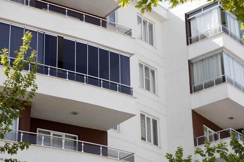 Uśredniony koszt wykonania zabudowy balkonów na wysoości od balustrady do sufitu. Normalny stopień skomplikowania prac, szyba bezpieczna do 4 mm grubości.