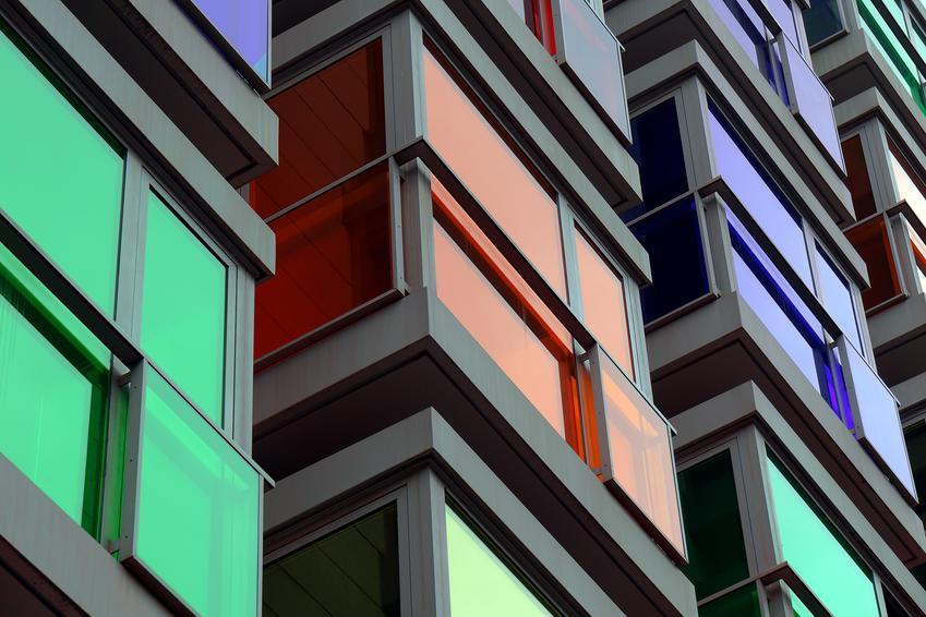 Usługa wykonania zabudowy balkonów na wysokości od balustrady do sufitu. Normalny stopień skomplikowania prac, dobrej jakości płyta pleksi.