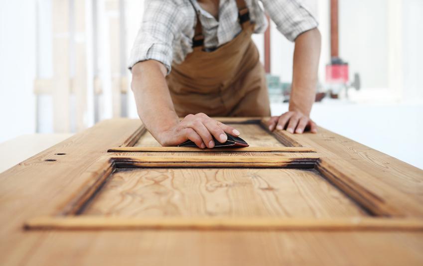 Koszt malowania pełnych drzwi drewnianych. Dwie lub trzy warstwy farby kryjącej.