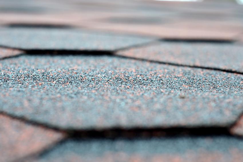 Dobrej jakości gont bitumiczny na pokrycia dachowe. Cena w przeliczeniu na metr kwadratowy.