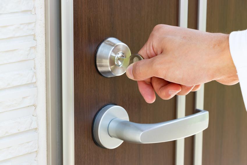 Uśredniona cena zakupu wyższej jakości drzwi drewnianych. Skrzydło pełne wraz z ościeżnicą. Szerokość 90 do 100 cm, grubość drzwi ok. 7,5 cm. Cena wraz z usługą montażową.
