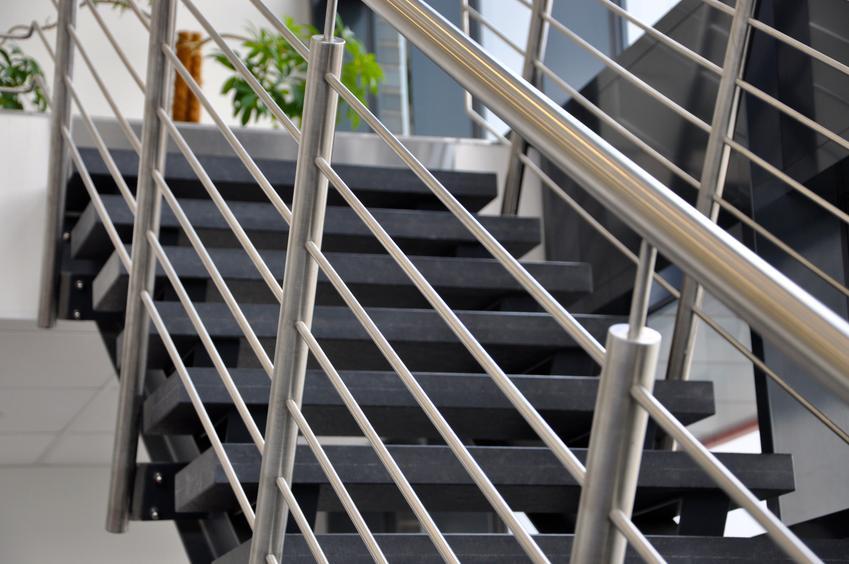 Uśredniony koszt wykonania balustrady ze stali zwykłej. Normalny stopień skomplikowania prac, zamówienie powyżej 10 metrów bieżących