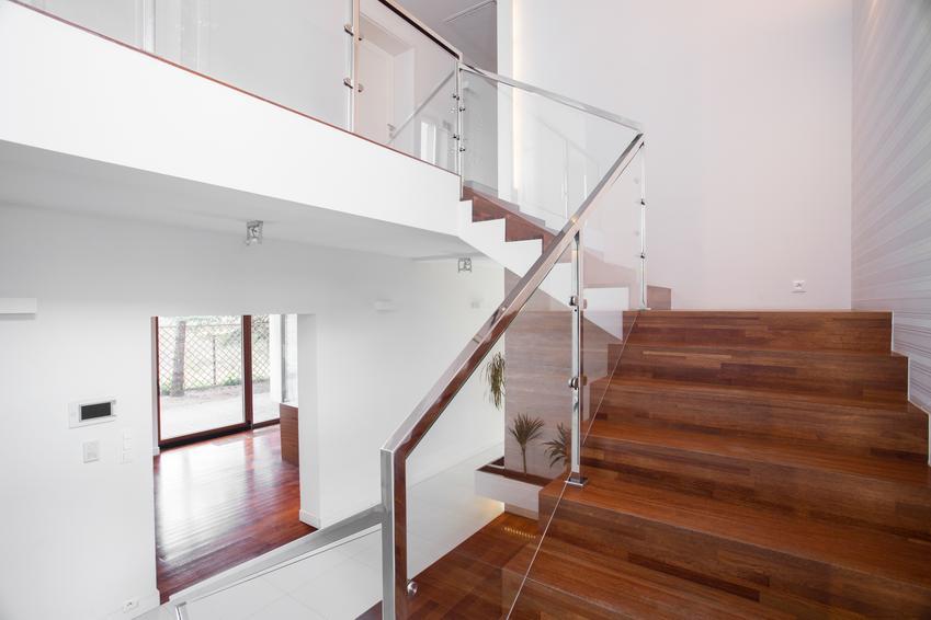 Uśredniony koszt wykonania balustrady z wypełnieniem z dobrej jakości drewna bądź szkłą. Normalna jakość wykonania,