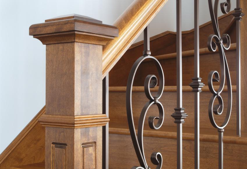Uśredniony koszt wykonania balustrady drewnianej. Elementy wykonane z połączenia dębu i stali nierdzewnej. Nowoczesny design, normalny stopień skomplikowania prac.