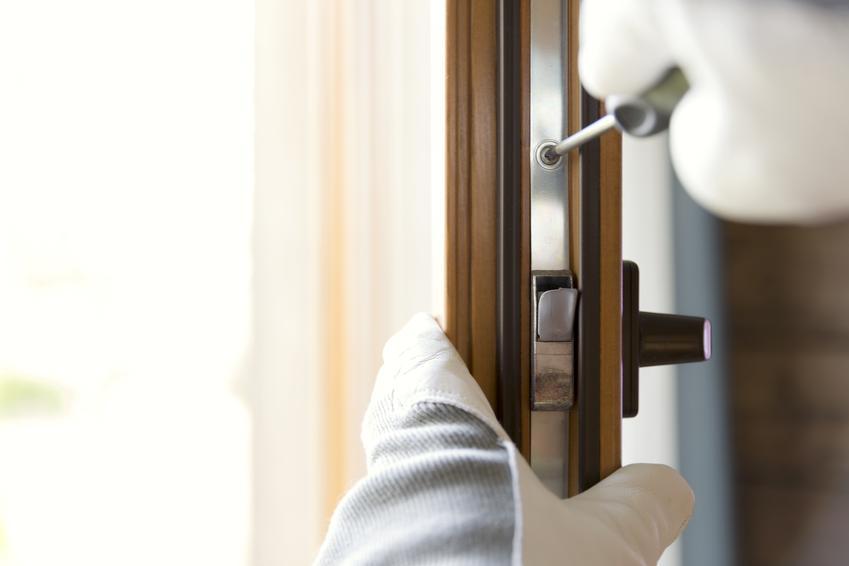 Uśredniony koszt wymiany zamków w drzwiach wewnętrznych, zewnętrznych lub w szafach. Wykwalifikowany pracownik.