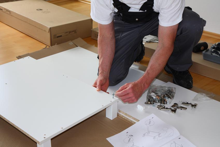 Uśredniona stawka montażu mebli. Normalny stopień skomplikowania pracy, jeden stolaż lub doświadczony montażysta.