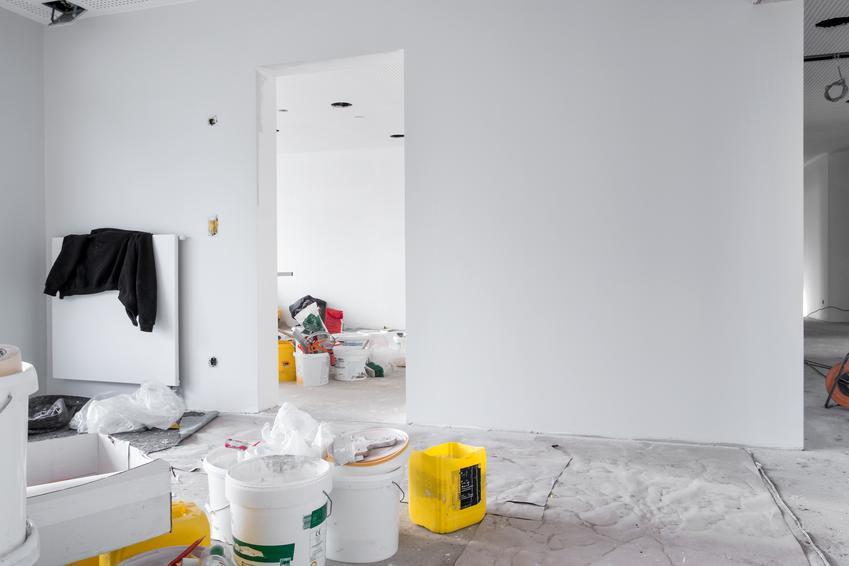 Akrylowanie ścian i sufitów przed malowaniem. Nawierzchnie z delikatnymi ubytkami lub pęknięciami.