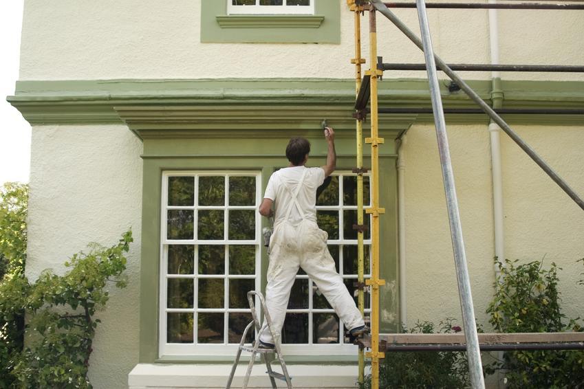 Malowanie elewacji domu jednorodzinnego. Cena nie obejmuje kosztów oczyszczenia powierzchni przed malowaniem.