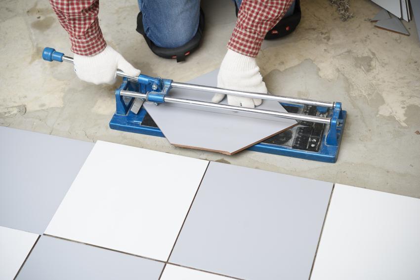 Układanie płytek w karo. Płytki o standardowym formacie wyłożone na prostych powierzchniach.