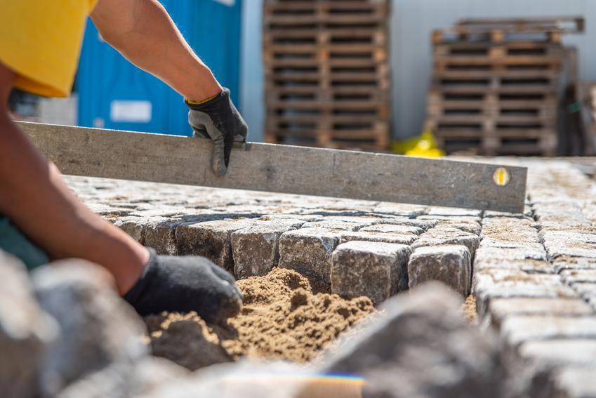 Układanie przemysłowej kostki brukowej wraz przygotowaniem podłoża, ułożeniem obrzeży i zagęszczeniem. Cena obejmuje ułożenie kostki jednobarwnej, bez dodatkowych wzorów.