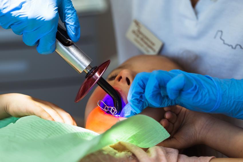 Uśredniony koszt skalingu całego uzębienia, górna i dolna szczęka. Usługi stomatologiczne zwolnione z podatku VAT.