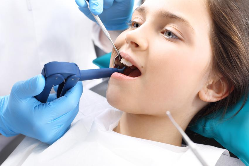 Uśredniony koszt lakowania jednego zęba. Usługi stomatologiczne zwolnione z podatku VAT.