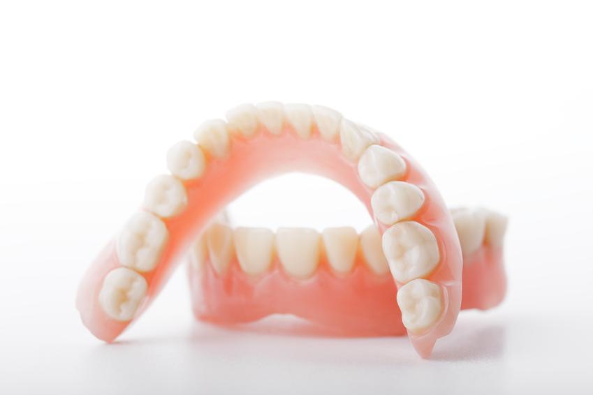 Uśredniony koszt wykonania całkowitej protezy akrylowej. Usługi stomatologiczne zwolnione z podatku VAT.