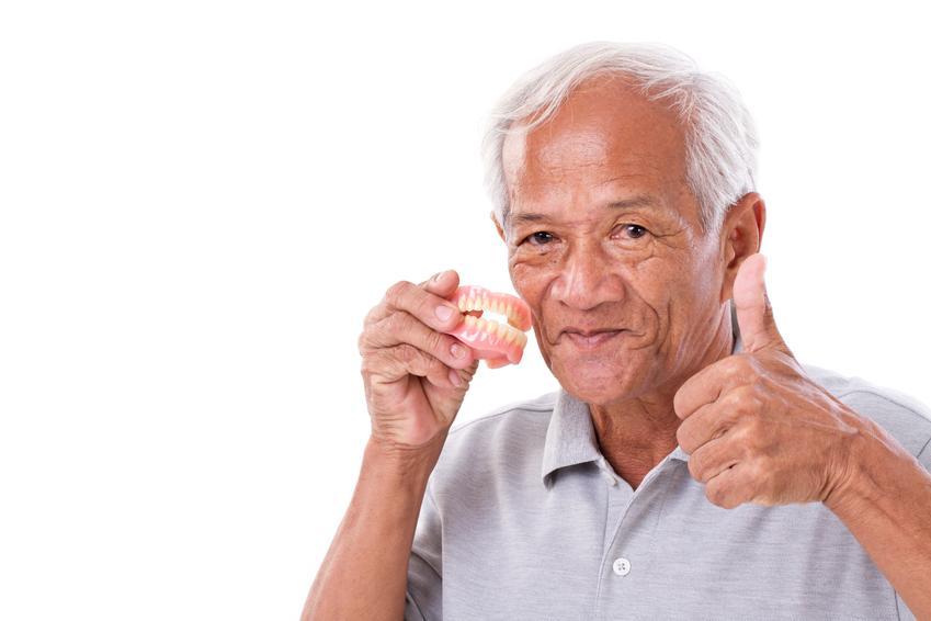 Uśredniony koszt wykonania całkowitej protezy na górną szczękę. Proteza wykonywana w przypadku bezzębia na czterech implantach.