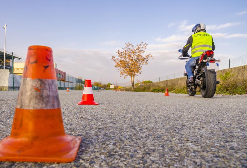 Uśredniony koszt podstawowego kursu na prawo jazdy kategorii A2. Szkolenia kandydatów na prawo jazdy zwolnione z podatku VAT.