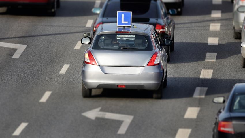 Uśredniony koszt podstawowego kursu na prawo jazdy kategorii B.  Szkolenia kandydatów na prawo jazdy zwolnione z podatku VAT.