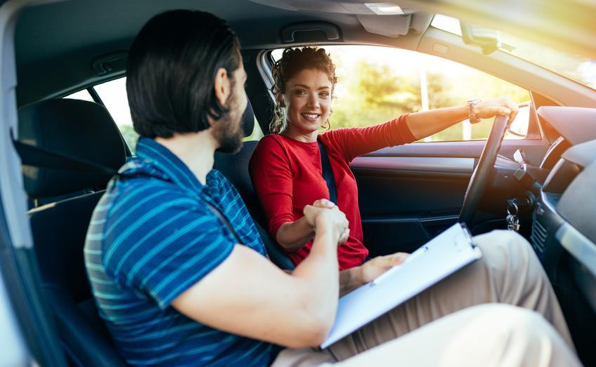 Uśredniona cena dodatkowej godziny doszkalającej w samochodzie osobowym.  Szkolenia kandydatów na prawo jazdy zwolnione z podatku VAT.