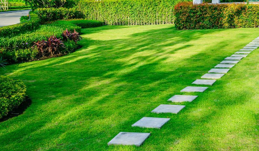 montaż płyt trawnikowych 30x30 lub 60x60 cm. Płyty pełne, montowane na wyrównanym podłożu.