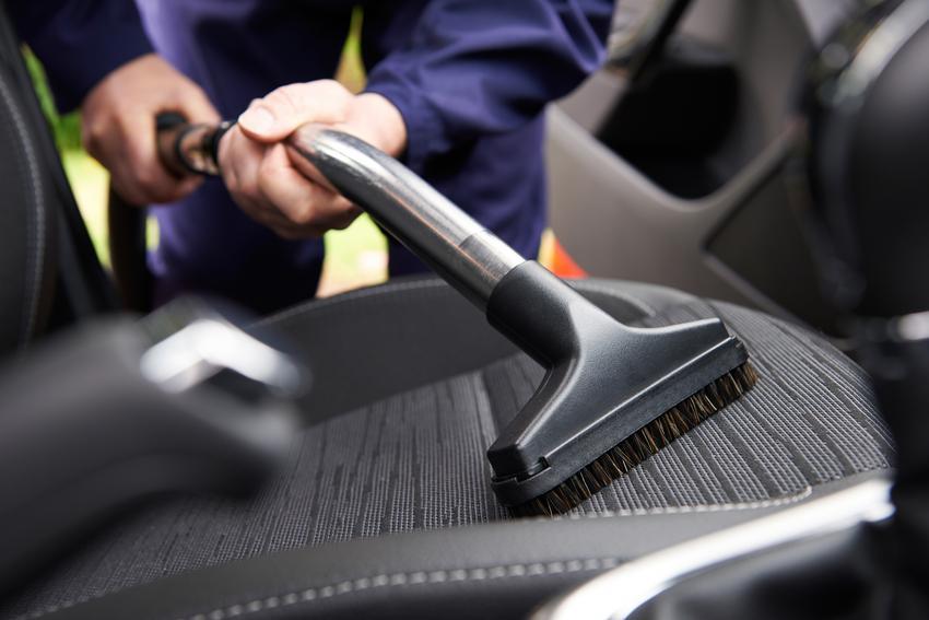 Uśredniony koszt odkurzania wnętrza samochodu osobowego.
