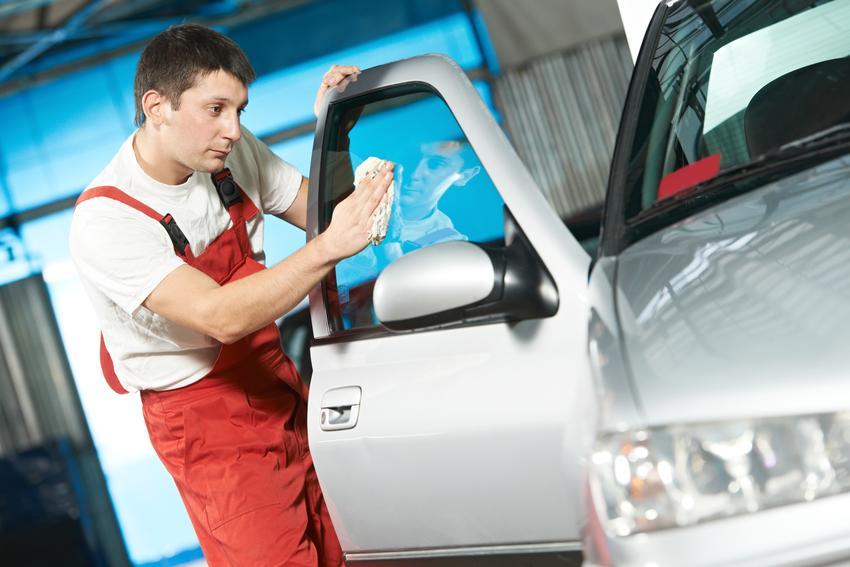 Uśredniona cena mycia szyb samochodowyc w samochodzie osobowym. Mycie wszytkich szyb od środka.