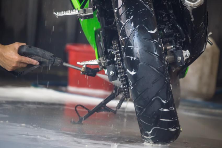 Uśredniony koszt mycia motocykli.