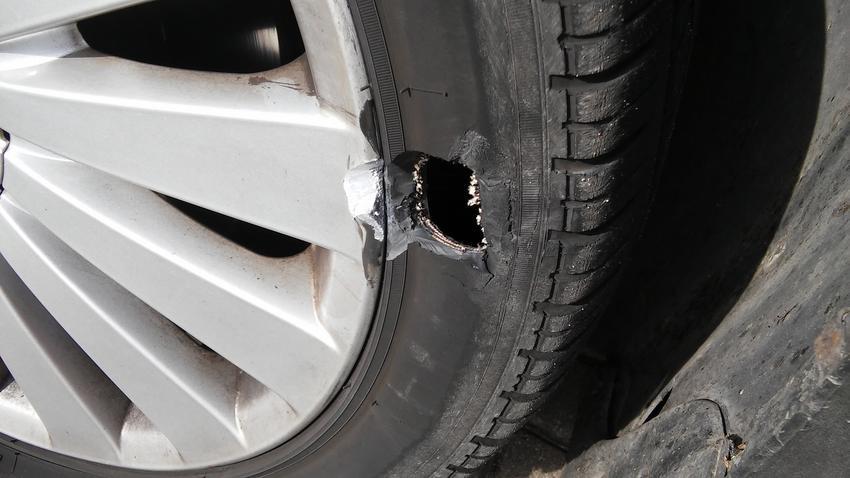 Średni koszt naprawy opony samochodowej. Cena usługi kompleksowej wraz z demontażem opony, jej późniejszym zamontowaniem oraz wyważeniem.
