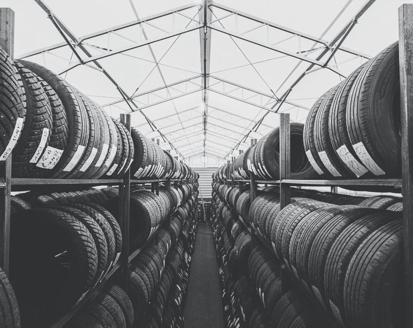 Średni koszt sezonowego przechowywania opon z felgami stalowymi lub aluminiowymi. Cena obejmuje usługę przechowyania kompletu opon o rozmiarze do 19 cali. Przy większych rozmiarach cena ulega zwiększeniu.