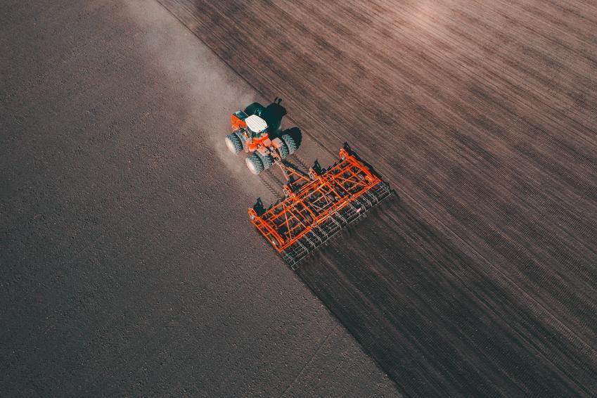 Średnia cena orki pługiem trzy skibowym. Ciągnik o mocy powyżej 60 koni mechanicznych. Cena przeliczana na hektar oranej powierzchni.