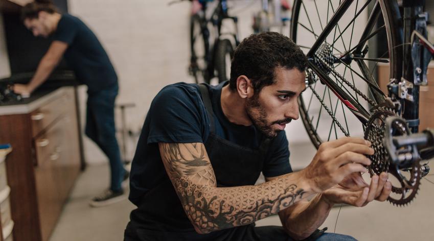Średni koszt wymiany linki hamulca rowerowego. Cena obejmuje również pełmą regulację po zamontowaniu nowych części.